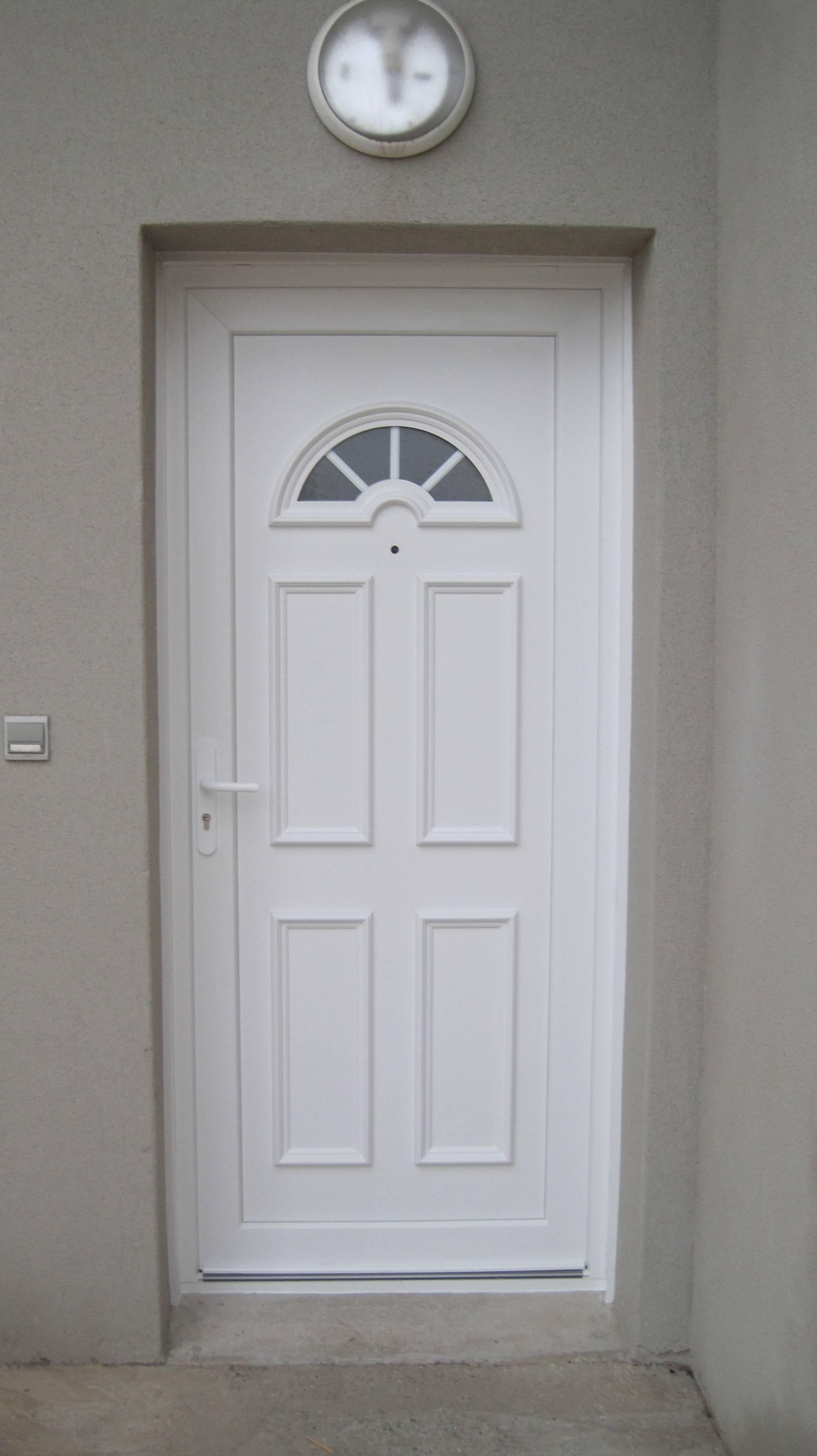 fabrication et pose de porte d 39 entr e classique en aluminium sur istres. Black Bedroom Furniture Sets. Home Design Ideas